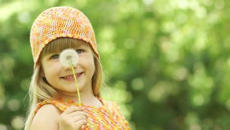 Kleines-Mädchen-Bläst-Ein-Löwenzahn-Nahaufnahme-Porträt