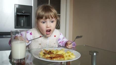 Kleines-Mädchen-Isst-Eine-Kartoffel-Mit-Einem-Messer-Eating