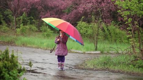 Kleines-Mädchen-Mit-Regenschirm-Im-Regen-Im-Park-Kind-Dreht-Sich