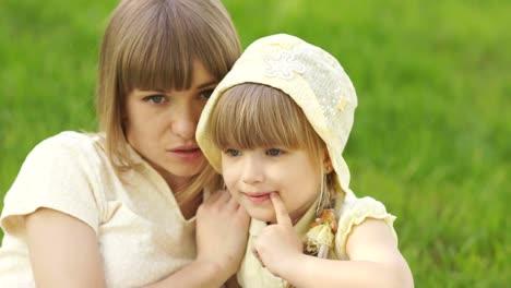 Mutter-Und-Tochter-Sitzen-Im-Gras-Und-Flüstern