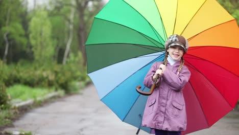 Porträt-Kleines-Mädchen-Mit-Regenschirm-Im-Park-Kind-Winkende-Hand