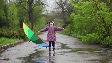 Lluvia-Niña-Feliz-Con-Un-Paraguas-En-La-Mano-Atrapa-Gotas-De-Lluvia-Boca