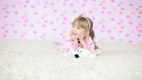 Bebé-Sonriente-Tirado-En-La-Alfombra
