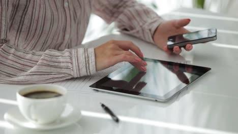 Mujer-Sosteniendo-El-Teléfono-Móvil-En-La-Mano-Y-Usando-El-Panel-Táctil