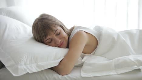 Joven-Mujer-Durmiendo-En-La-Cama-Despertando-Y-Sonriendo-A-La-Cámara-03