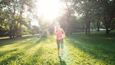 Sportlerin-Mädchen-Läuft-Im-Park-Vor-Der-Kamera-Im-Sonnenlicht