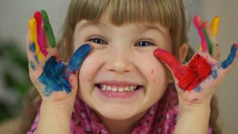 Closeup-Retrato-De-Una-Niña-Niña-Hamming-En-Cámara-Bebé-Cubierto-De-Pintura