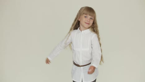 Funny-Little-Girl-Posing-And-Dancing-On-Camera