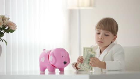 Mädchen-Das-Geld-Zählt-Und-Lacht
