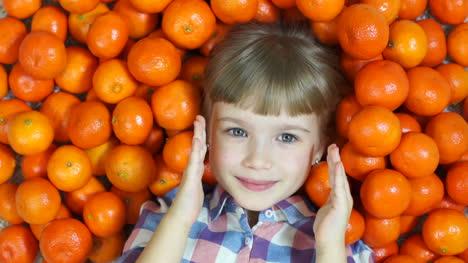 Bebé-Feliz-Se-Esconde-En-Naranjas