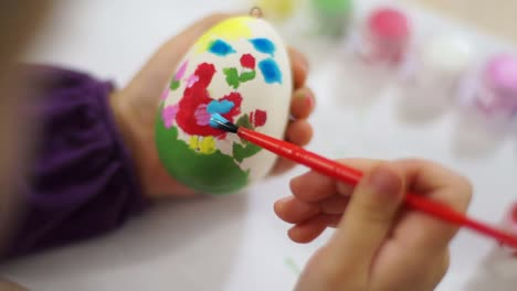 Learning-To-Draw-Child-Decorates-Easter-Egg