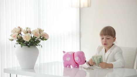 Kleine-Geschäftsfrau-Zählt-Geld-Und-Legt-Es-Auf-Den-Tisch