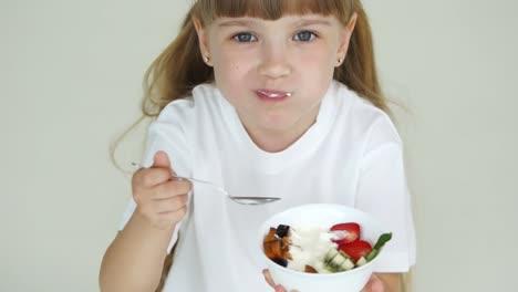 Niña-Comiendo-Yogurt-Con-Fruta