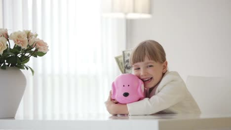 Niña-Abrazando-Una-Alcancía-Con-Dinero