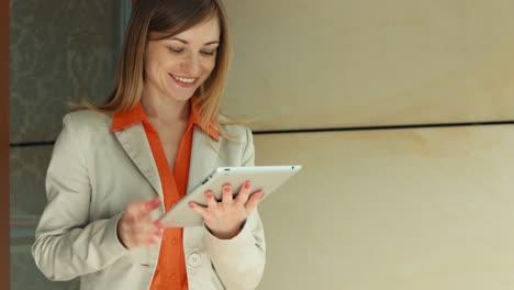 Empresaria-Mostrando-Su-éxito-En-La-PC-De-La-Tableta