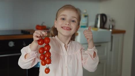 Niño-Y-Pequeños-Tomates-Hermosos-Pulgar-Arriba-Ok