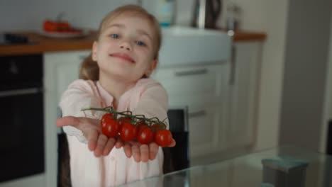 Niño-Y-Pequeños-Tomates-Hermosos