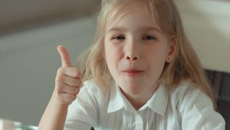 Niño-Comiendo-Un-Hongo-De-Pizza-Sonriendo-A-La-Cámara-Pulgar-Arriba-Ok