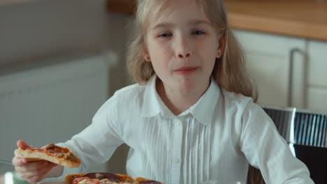 Niño-Comiendo-Pizza-Sonriendo-A-La-Cámara-Y-Riendo