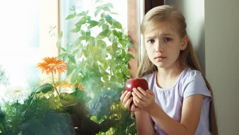 Child-Has-A-Toothache-Girl-Really-Wants-To-Eating-A-Apple-But-Can-Not