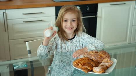 El-Niño-Desayuna-La-Niña-Abre-Una-Botella-De-Yogurt-Y-Bebe-Yogurt