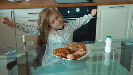 El-Niño-Se-Estira-En-La-Cocina-Por-La-Mañana