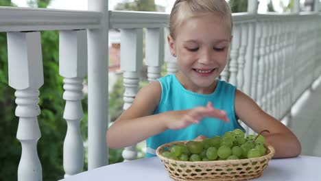 Niño-Playing-In-The-Kids-Count-And-Eating-Grapes-Niño-Shows-Ok-Thumbs-Up