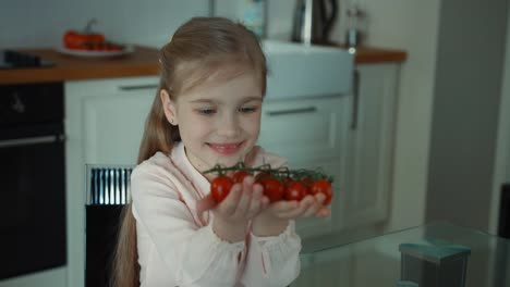 Niño-Con-Tomates