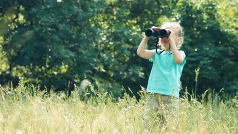 Kind-Steht-Im-Gras-Mit-Fernglas-Mädchen-Beobachtet-Tiere
