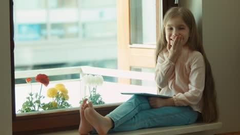 Niño-Surprised-Girl-In-Shock-Looking-At-Camera-Closeup-Blond-Little-Girl