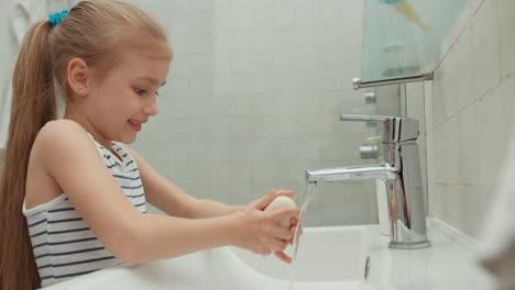 Closeup-Retrato-De-Un-Niño-Que-Se-Lava-Las-Manos-En-El-Baño-Y-Luego-Limpia-Su