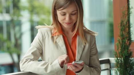 Closeup-Retrato-Hermoso-Joven-Adulto-Usando-Teléfono-Celular-Sonriendo