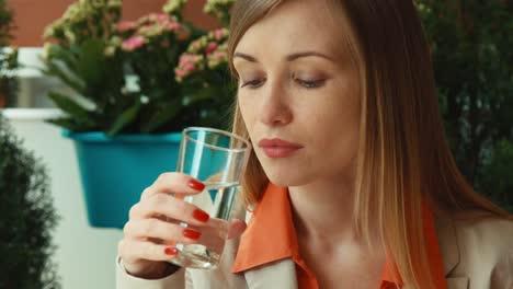 Closeup-Retrato-Empresaria-Beber-Agua-Y-Comer-Verduras-Y-Mirar