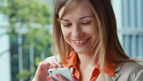 Closeup-Portrait-Businesswoman-Using-Mobile-Teléfono-And-Smiling