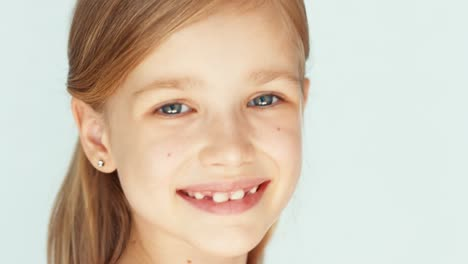 Closeup-Portrait-Cute-Girl-6-8-Years-Old-Niño-Laughing-At-Camera