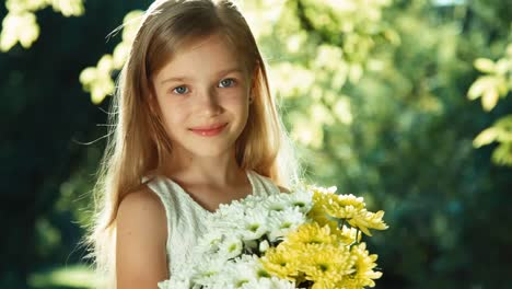 Closeup-Portrait-Girl-In-Wite-Dress-Standing-In-The-Park-And-Holding-Bouquet