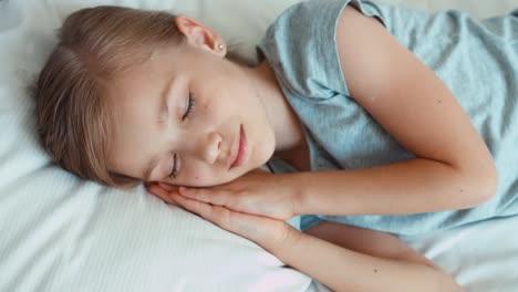 Nahaufnahmeportrait-Mädchen-Wacht-In-Einem-Bett-Auf