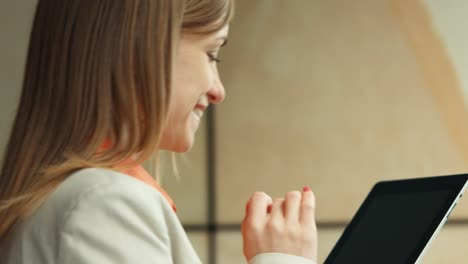 Closeup-Retrato-Feliz-Empresaria-Con-Tablet-Pc-Y-Sonriendo