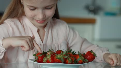 Closeup-Portrait-Little-Girl-And-A-Big-Plate-Of-Strawberries-Girl-Counting-S