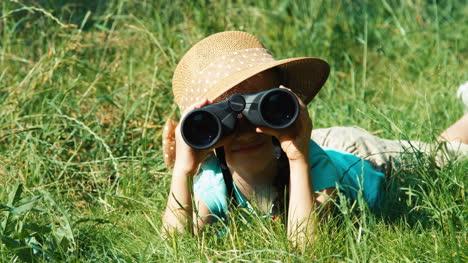 Nahaufnahmeporträt-Junger-Naturforscher-Durch-Ein-Fernglas-Das-Wildtiere-Beobachtet