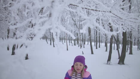 Linda-Jovencita-Está-Jugando-Con-Nieve