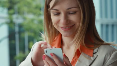 Extreme-Closeup-Portrait-Business-Woman-Using-Mobile-Teléfono-And-Smiling