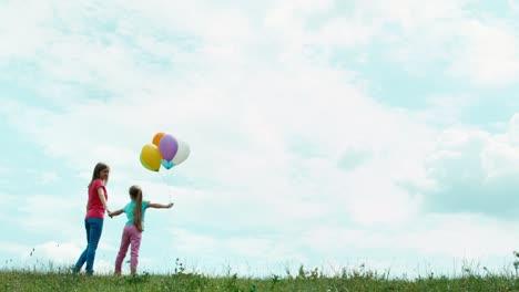 Familie-Mit-Luftballons-Drehte-Sich-Um-Und-Schaute-In-Die-Kamera-Mutter-Und-Tochter