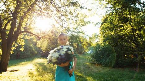 Niña-De-6-8-Años-Girando-Con-Un-Ramo-De-Flores-En-El-Parque
