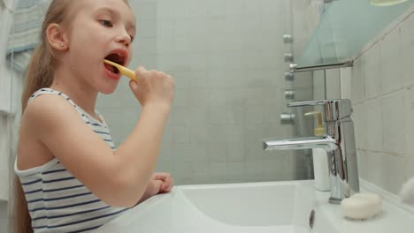 Girl-Cleaning-Teeth-After-Meals