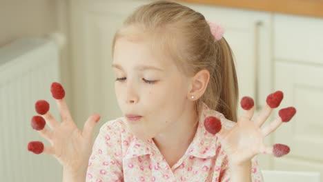 Mädchen-Kleidete-Himbeeren-An-Den-Fingern-Und-Isst-Mit-Freude-Himbeeren