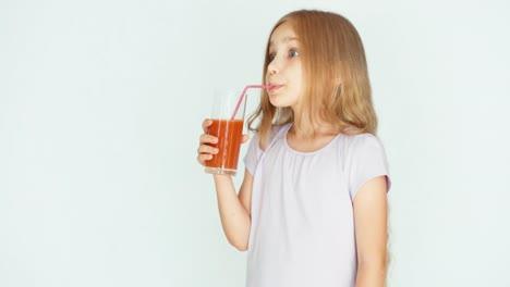 Mädchen-Das-Roten-Orangen-Mandarinensaft-Trinkt-Und-In-Die-Kamera-Lacht