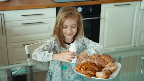 Chica-Bebiendo-Yogur-En-La-Cocina-Mirando-A-La-Cámara-Pulgar-Arriba-Ok