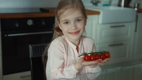 Niña-Sosteniendo-Un-Tomate-Cherry