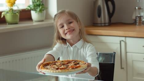 Niña-Sostiene-Una-Gran-Pizza-Hermosa-Niña-Ofrece-Visor-De-Pizza